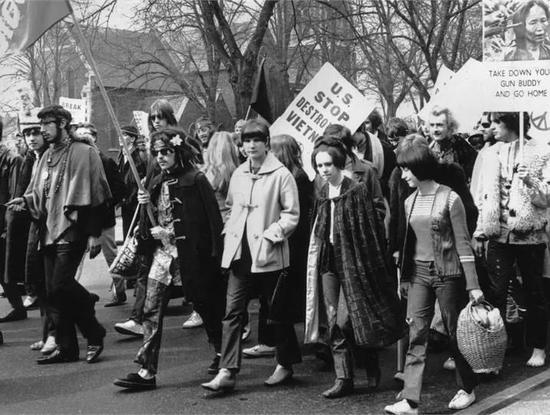 反对越南战争游行的队伍中,人们穿着牛角扣大衣