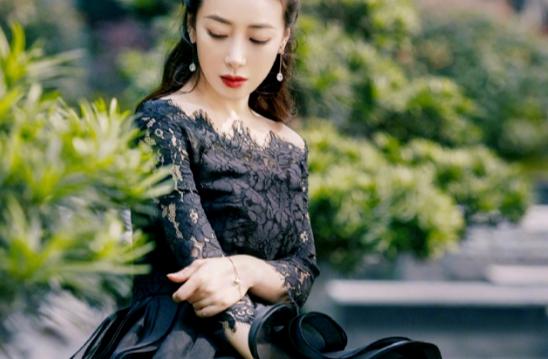 陈紫函越来越会打扮,穿黑色一字肩印花低调奢华有内