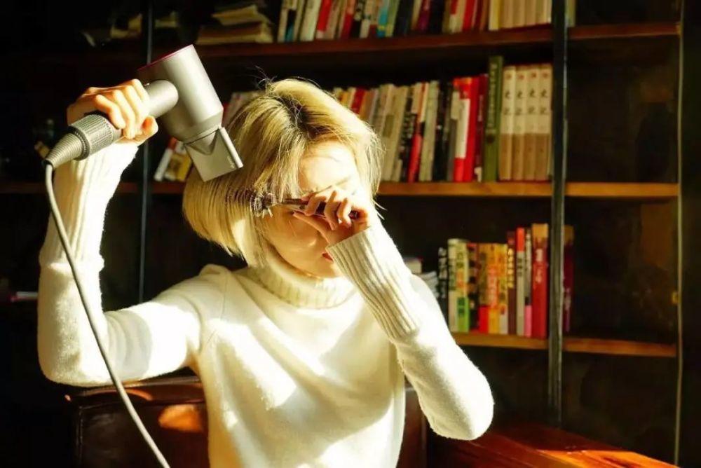 """用吹风机会伤害头发吗?科学的""""吹法""""在这里!"""